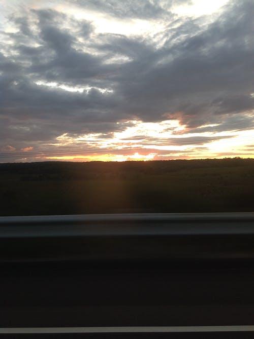 Ilmainen kuvapankkikuva tunnisteilla auringonlasku, harmaa taivas, pilvet, tien hämärtyminen