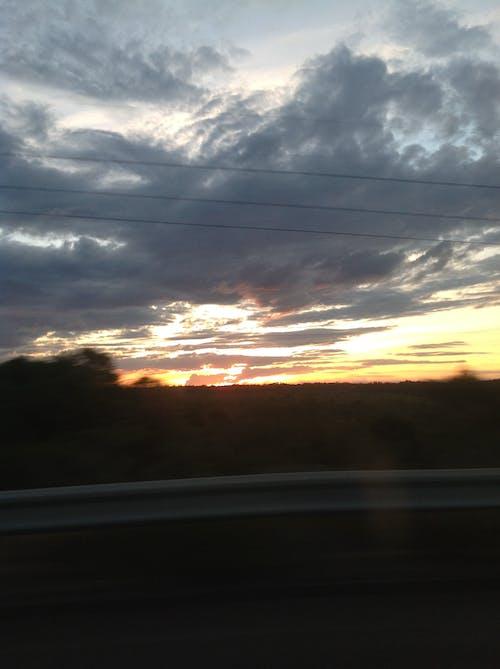 Immagine gratuita di cielo grigio, nuvole, sfocatura stradale, tramonto