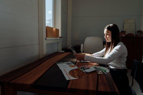 Δωρεάν στοκ φωτογραφιών με laptop, απομακρυσμένη εργασία, γραφείο