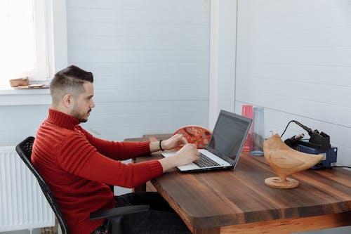 セーター, タイピング, ノートパソコンの無料の写真素材