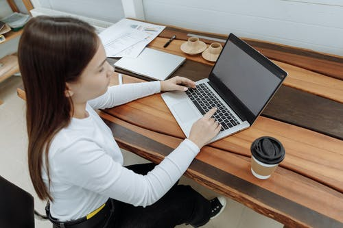 ahşap masa, bağımsız çalışan, çalışma masası içeren Ücretsiz stok fotoğraf