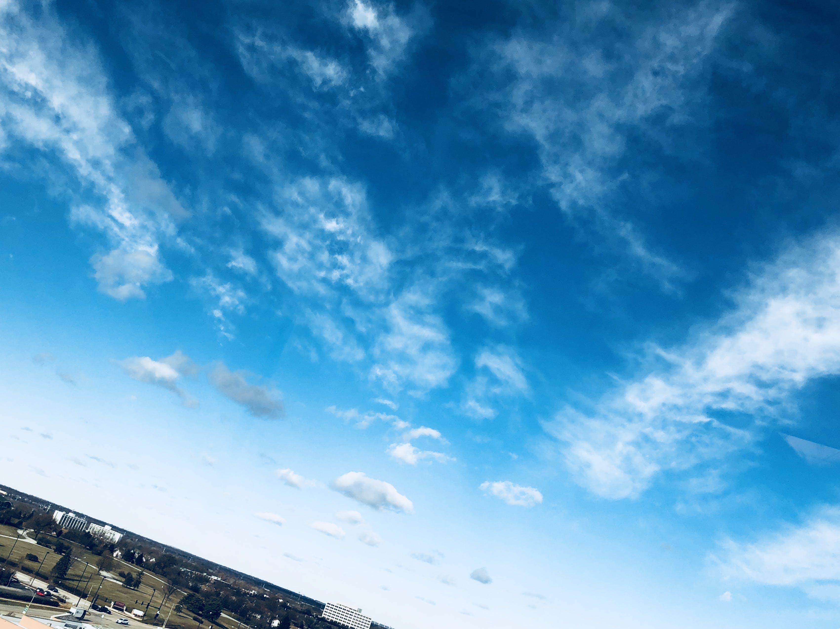 Gratis lagerfoto af atmosfære, biler, blå, blå himmel