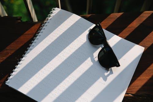 Kostnadsfri bild av blindskrift, bokbindningar, glasögon