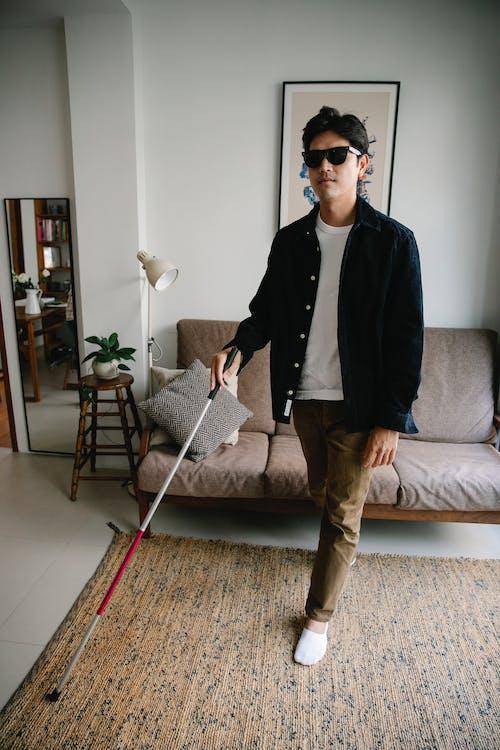 Immagine gratuita di abbigliamento casual, bastone da passeggio, camminando