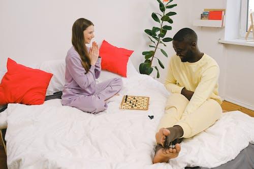 Imagine de stoc gratuită din cuplu interracial, dormitor, în interior
