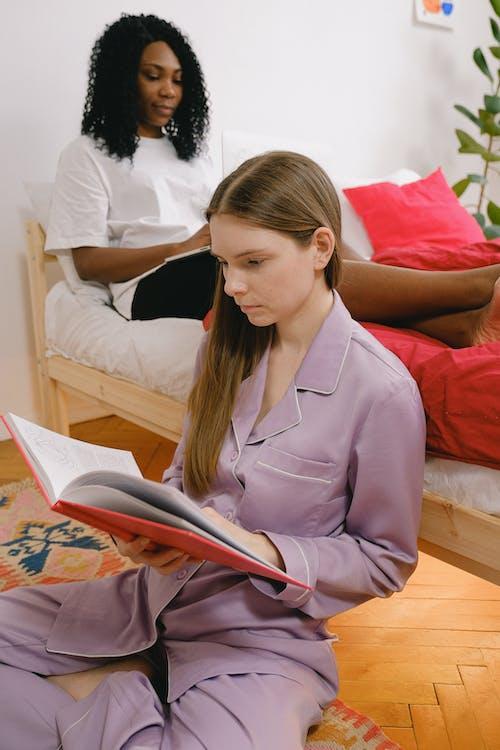 Бесплатное стоковое фото с афро-американка, в помещении, вертикальный