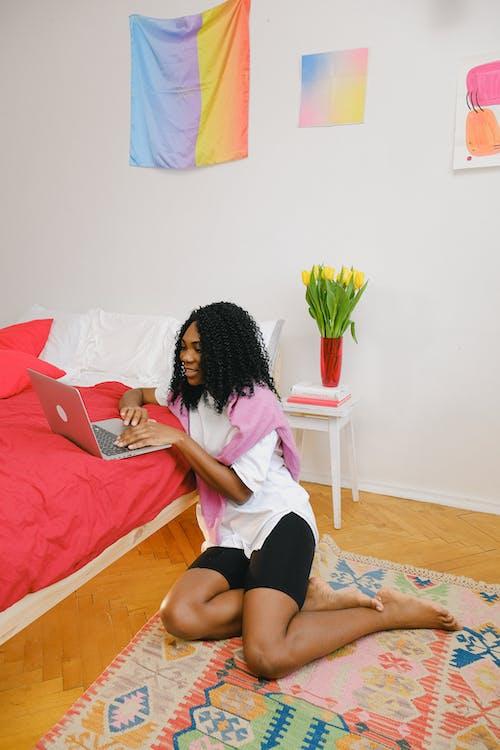 Gratis stockfoto met afgelegen, Afro-Amerikaanse vrouw, apparaat