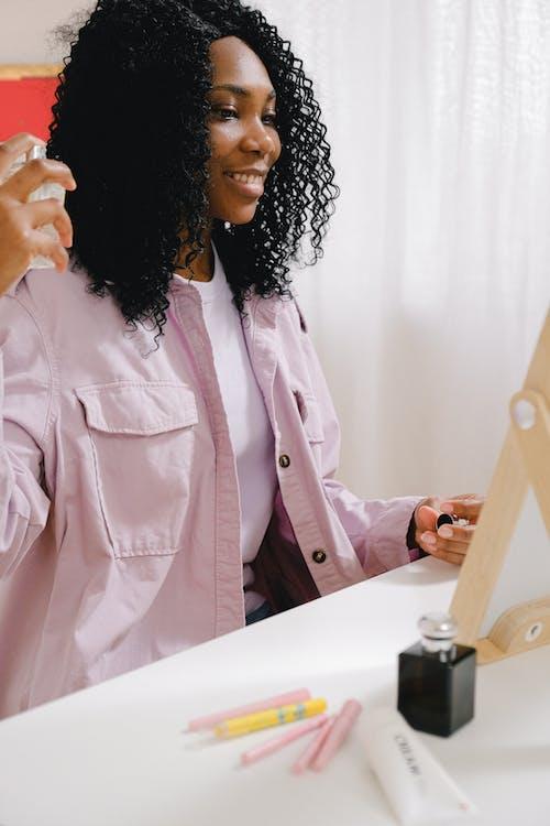 Бесплатное стоковое фото с аромат, афро-американка, беззаботный