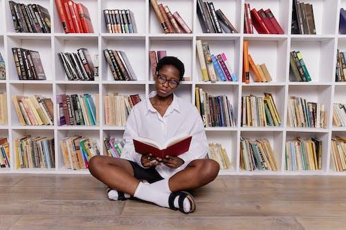 Безкоштовне стокове фото на тему «всередині, жінка, книги»