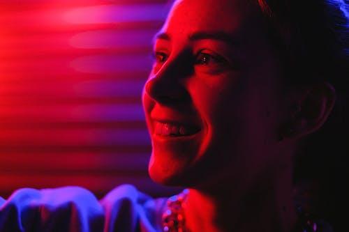 Foto profissional grátis de cara, close-up, desviando o olhar