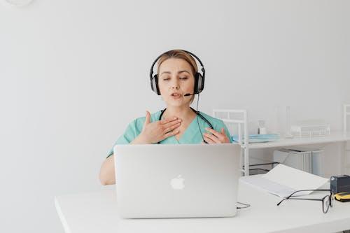 Foto profissional grátis de assistência médica, chamada de voz, chamada online