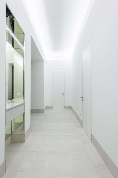 Foto profissional grátis de abajur, apartamento, branco
