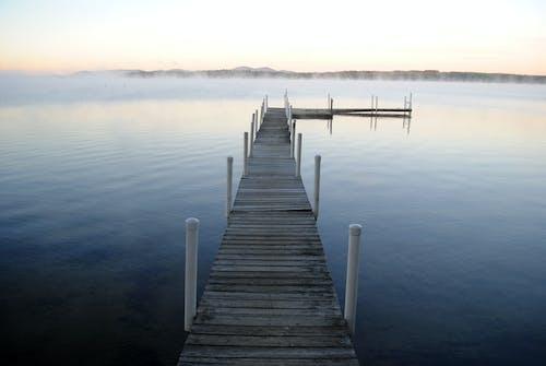 Foto profissional grátis de águas calmas, cais, calçadão
