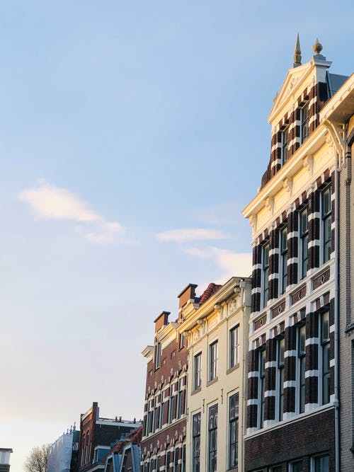 bina cephesi, bulut, bulutların üstünde içeren Ücretsiz stok fotoğraf