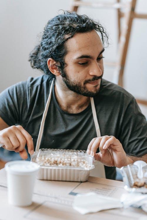 남자, 먹는, 방의 무료 스톡 사진