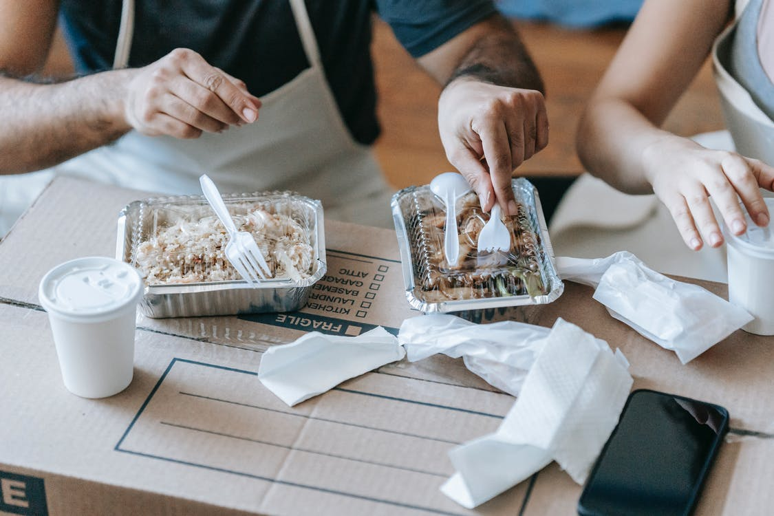 Crop Photo Of Couple Having Packed Food For Lunchlunc