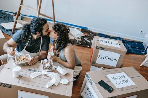 Darmowe zdjęcie z galerii z apartament, całowanie, czas wolny