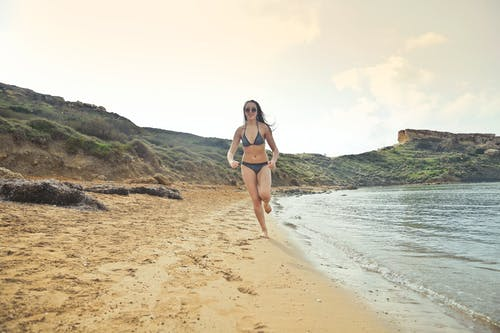 Ilmainen kuvapankkikuva tunnisteilla aurinkolasit, bikinit, hauska, henkilö