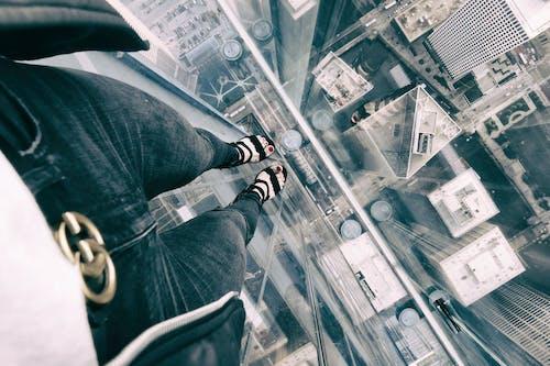 Kostnadsfri bild av ben, byggnader, gator, glas