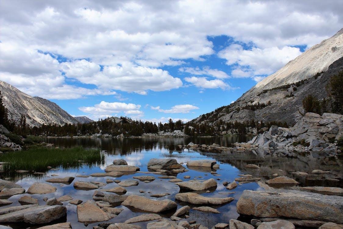 Ilmainen kuvapankkikuva tunnisteilla heijastukset, järvi, kalliovuori