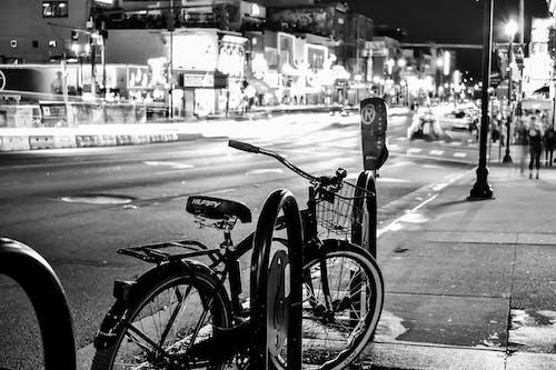 Fotobanka sbezplatnými fotkami na tému bicykel, centrum mesta, chodník, čierna a biela