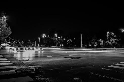 Fotobanka sbezplatnými fotkami na tému autá, centrum mesta, chodník, čierna a biela