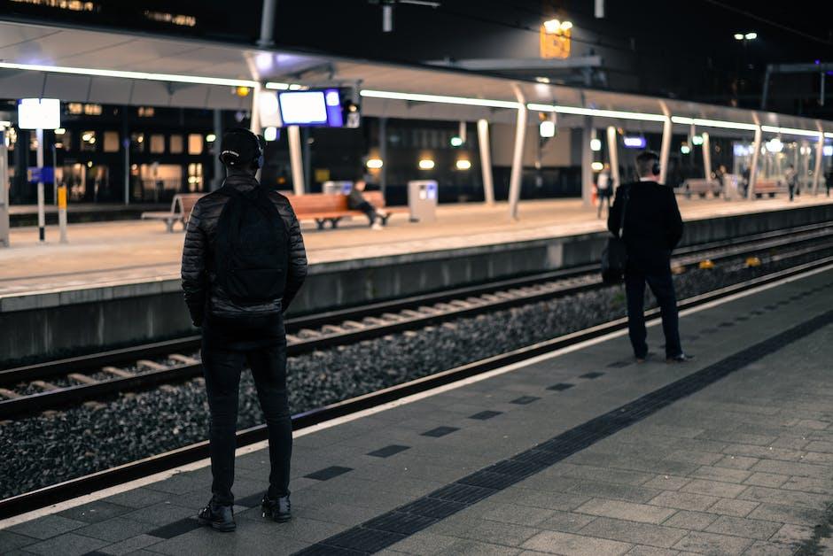 Foto Dua Pria Berdiri Di Dekat Stasiun Kereta Api