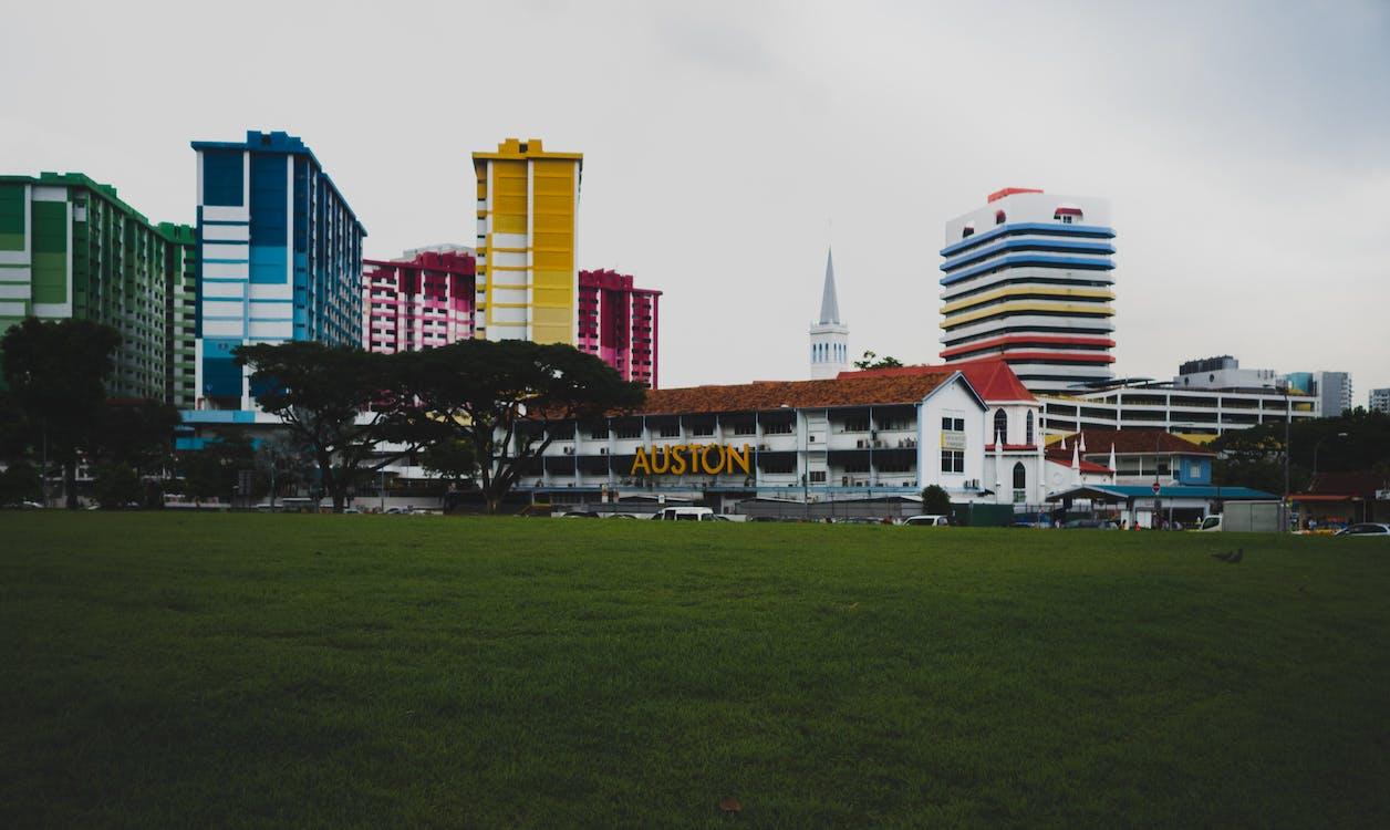 bérház, élénk színek, lakóház
