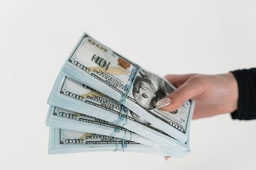 Nahaufnahme Einer Person Mit Stapel Von Dollarnoten