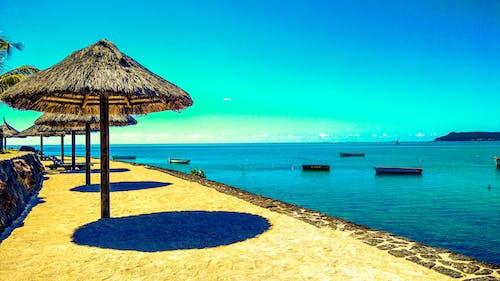 Immagine gratuita di acqua cristallina, acque calme, barche, capanna in spiaggia