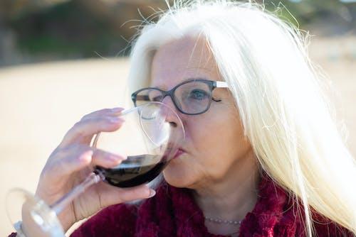 Photos gratuites de âgé, boire, boisson alcoolisé
