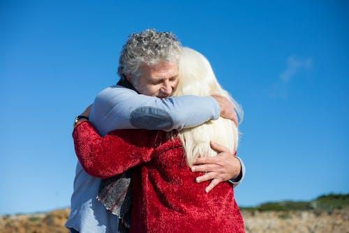 Fotos de stock gratuitas de abrazando, amor, anciano
