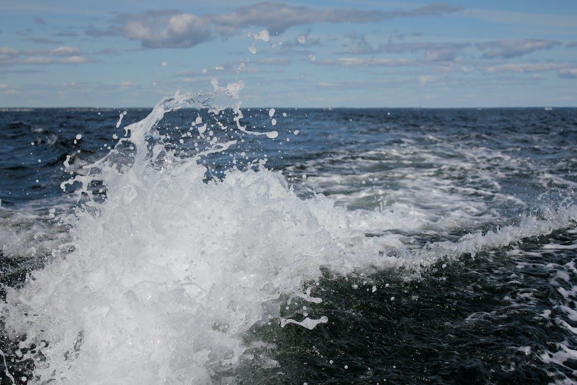 물을 튀기다, 바다, 손을 흔들다
