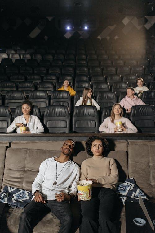 Безкоштовне стокове фото на тему «Аудиторія, вертикальні постріл, всередині»
