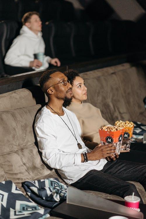 Безкоштовне стокове фото на тему «Аудиторія, афро-американських пара, вертикальні постріл»
