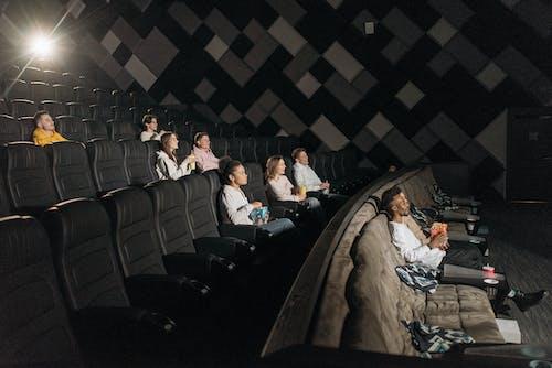 Безкоштовне стокове фото на тему «Аудиторія, всередині, дивиться»