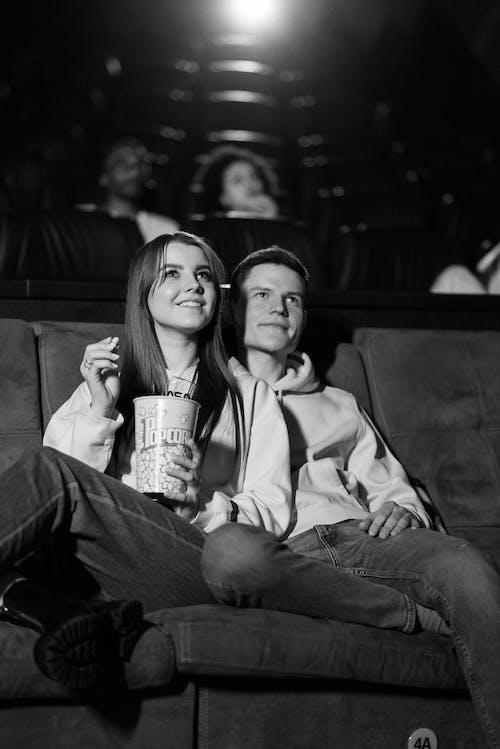 Foto d'estoc gratuïta de assegut, audiència, blanc i negre
