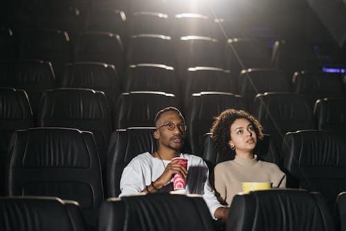 Безкоштовне стокове фото на тему «Аудиторія, афро-американських пара, дивиться»