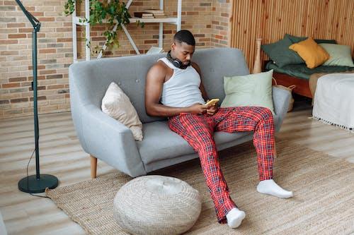 Foto profissional grátis de afro-americano, aparelho, camisa sem mangas