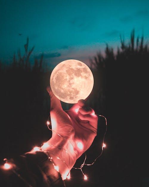 Fotos de stock gratuitas de Luna, Luna llena, mano