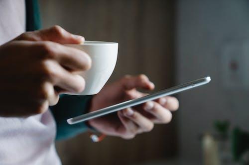 Photos gratuites de envoyer des messages, envoyer des SMS, mains
