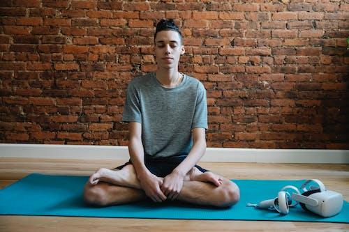 Fotos de stock gratuitas de actitud, Adolescente, alfombra