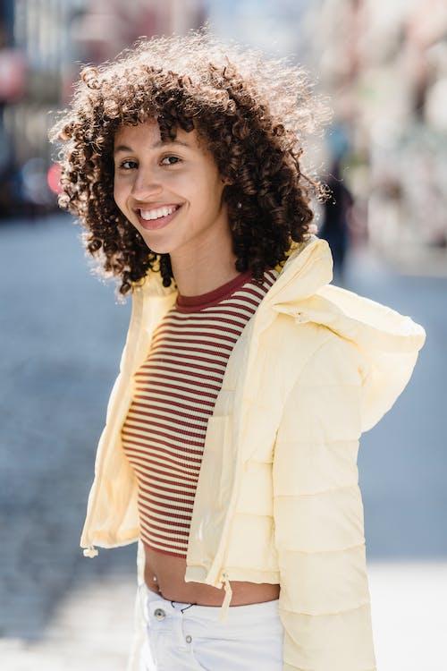 Безкоштовне стокове фото на тему «toothy smile, афро, афро-американська жінка»