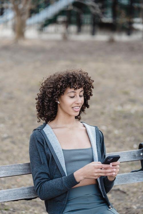 Kostenloses Stock Foto zu afroamerikaner-frau, draußen, farbige frau