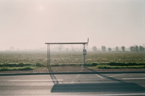 Безкоштовне стокове фото на тему «Автобусна зупинка, автострада, асфальт»