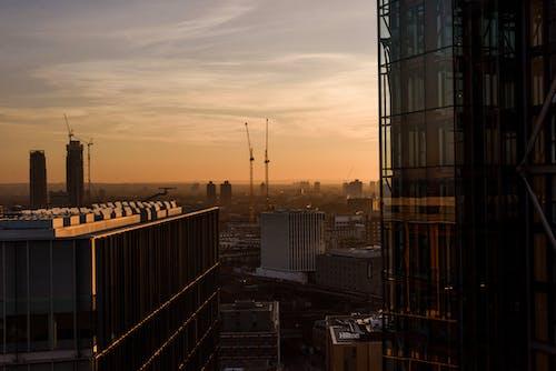 Gratis stockfoto met appartementencomplex, architectuur, avond