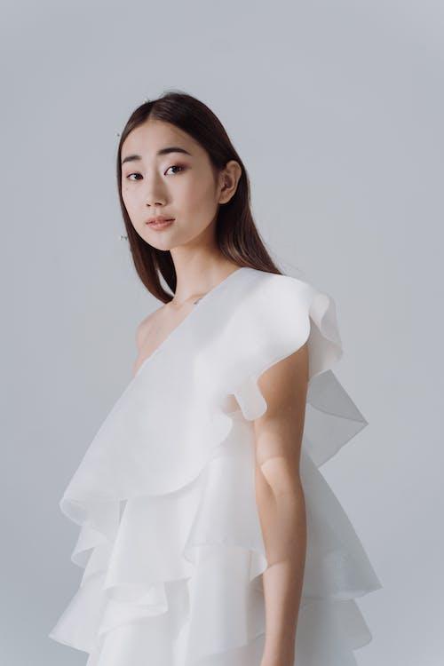 Бесплатное стоковое фото с азиатский, белый фон, брюнетка