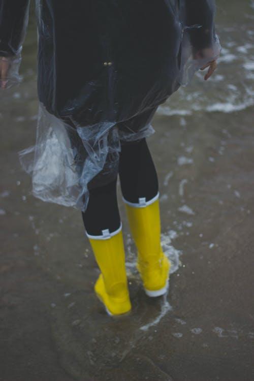 Foto profissional grátis de água, amarelo, calçamento, capa de chuva