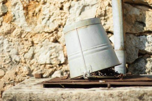 Ilmainen kuvapankkikuva tunnisteilla kori, vanha ämpäri, vesiämpäri