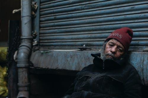 Gratis stockfoto met bejaarde man, droefheid, lantaarn, oud iemand